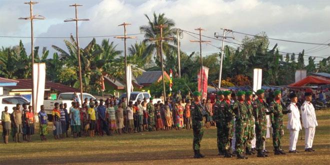SATGAS PAMTAS RI PNG YONIF 407/PK LAKSANAKAN UPACARA BENDERA DI KAMPUNG BATAS RI-PNG