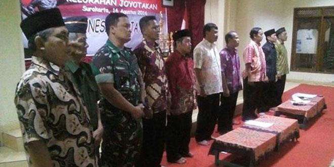 Babinsa Kal. Joyontakan Koramil 03/Serengan Kodim 0735/Surakarta Menghadiri Malam Tirakatan