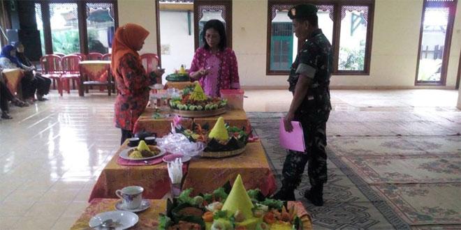 Bati Komsos dan Babinsa Kal. Joyontakan Koramil 03/Serengan Kodim 0735/Surakarta Menjadi Team Penilai Lomba Tumpeng