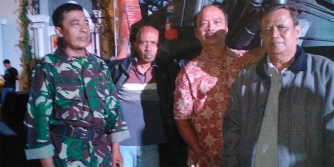 ANGGOTA KORAMIL 05/PAKUALAMAN BERSAMA WARGA MENYAKSIKAN PAMERAN ALUTSISTA TNI DI JOGYA CITY MALL