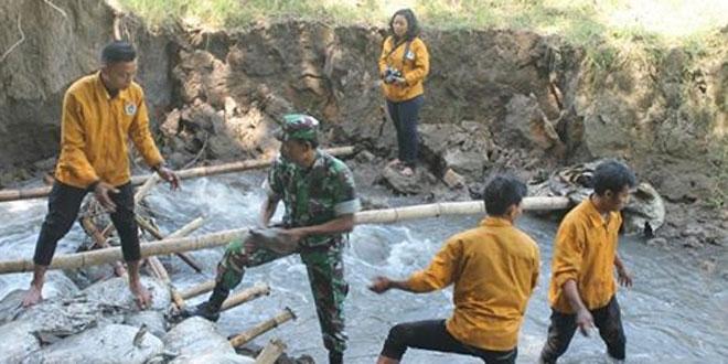 TNI, Mahasiswa, Pelajar dan Masyarakat Perbaiki Tanggul yang Jebol di Mojolaban