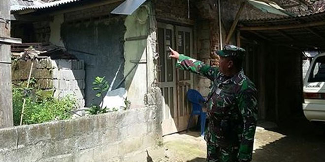 Bati Bakti TNI Bersama Babinsa Tinjau Sasaran RTLH di Desa Binaan