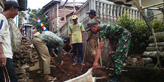 Babinsa Koramil 07/Tretep Melaksanakan Karya Bakti Bersama Masyarakat Desa Tawangsari