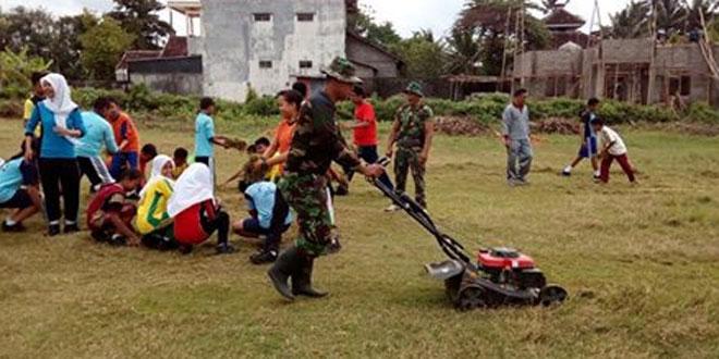 Sinegritas Koramil 07/Ngemplak dan Polsek Bersihkan Lapangan Binomartani