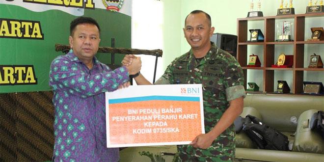Kodim 0735/Surakarta Menerima Bantuan Perahu Karet dari BNI 46 Cabang Kota Surakarta