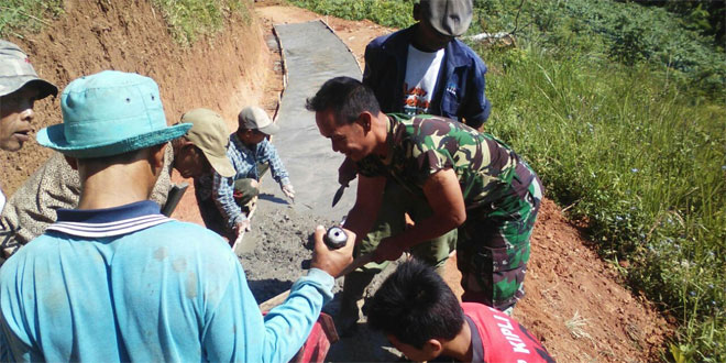 Babinsa Koramil 10/Sumowono Karya Bhakti Pengecoran Jalan