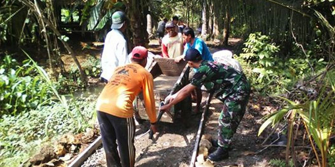 Babinsa Koramil 16/Wanareja Betonisasi Jalan Bersama Warga Desa Binaan