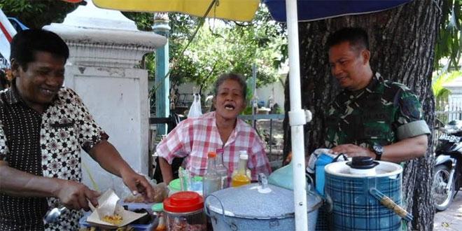 Babinsa Panembahan Koramil 11/Kraton Komsos dengan Penjual Jamu di Wilayah Panembahan