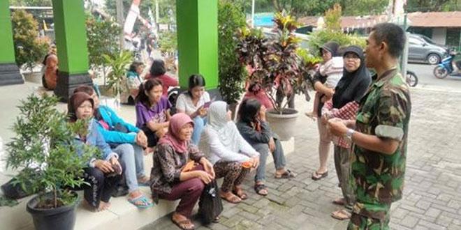 Babinsa Bersama Pemerintah Kelurahan Kota Baru Adakan Pasar Murah
