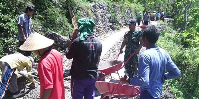 TNI Bergotong-Royong Cor Jalan Masyarakat