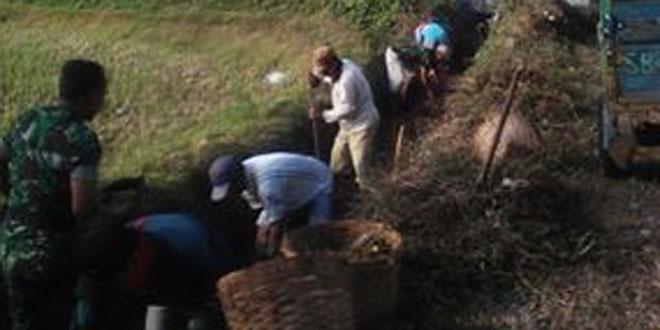 Koramil 04/Ngadirejo Melaksanakan Pembersihan Saluran Irigasi Bersama Masyarakat di Desa Ngadirejo