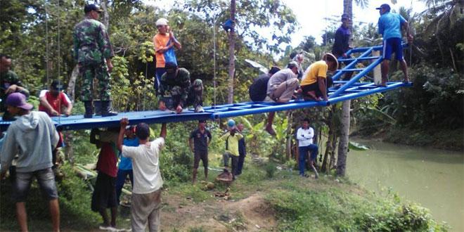 Koramil 02 Bayan Bantu Rakyat Buat Jembatan Gantung