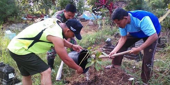 Babinsa Koramil Purworejo Ajak Petani Tanam Pohon Di Makam
