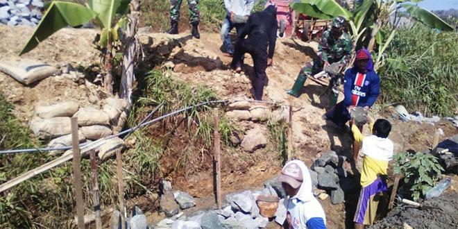 Anggota TNI Bangun Irigasi Bersama Gapoktan