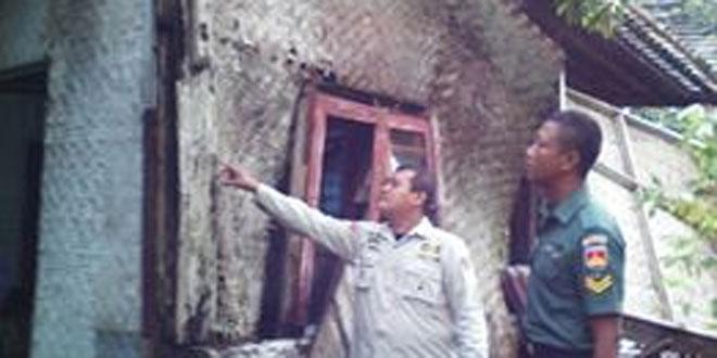 Babinsa Kutasari Bersihkan Rumah Warga yang Diterjang Angin Lesus