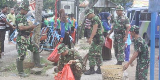 Ratusan TNI Gelar Aksi Bersih-Bersih di Tempat Publik