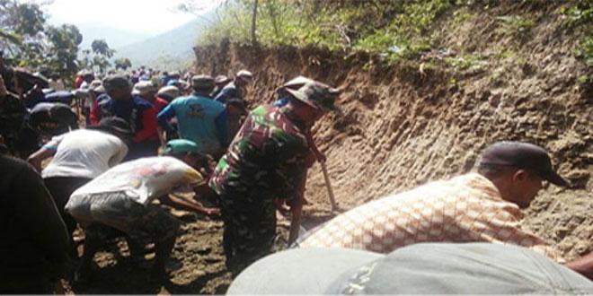 TNI BERSAMA MASYARAKAT BUAT JALAN BARU
