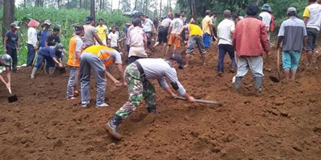 TNI – POLRI BERSAMA MASYARAKAT BUKA AKSES JALAN