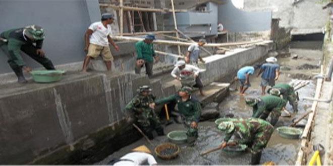 TNI dan warga bahu membahu mengeruk sungai