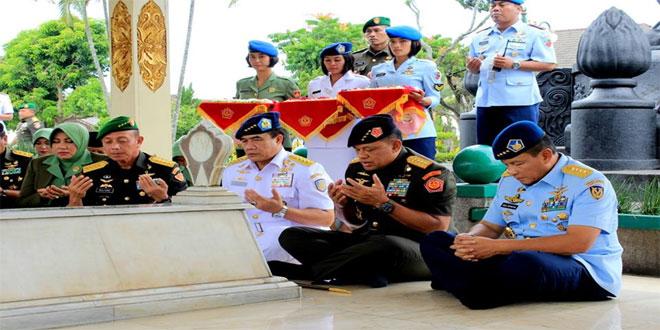 PANGLIMA TNI BERSAMA PARA PETINGGI TNI ZIARAH DI MAKAM JENDERAL BESAR SUDIRMAN YOGYAKARTA