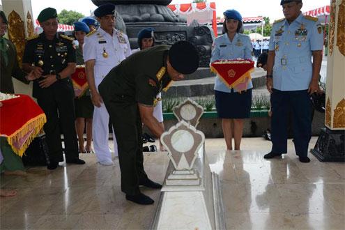 Panglima TNI Pimpinan Ziarah ke Taman Makam Pahlawan Kusumanegara · Jelang HUT TNI ke-71