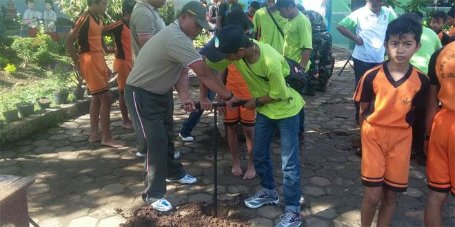 Kegiatan pembuatan Lubang Biopori Kerjasama Antara Koramil 14/Ungaran Dan BLH Kabupaten Semarang