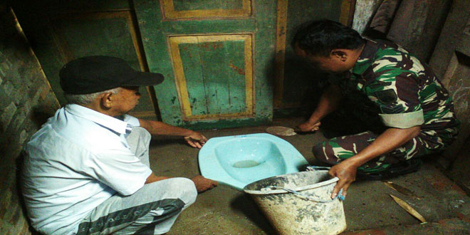 Koramil 04/Ngadirejo Bantu Warga Buat Lubang Jamban di Kel. Manggong
