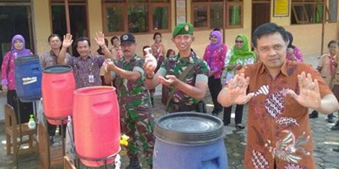 Anggota Babinsa Kampanye dan Demo Massal Cuci Tangan Pakai Sabun