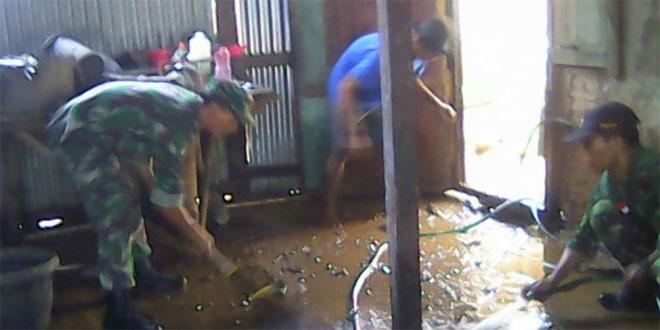 Anggota Babinsa Koramil 04/Nguntoronadi Bersihkan Lumpur