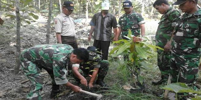Koramil Mondokan Tanam Pohon di TPU Desa Jekani