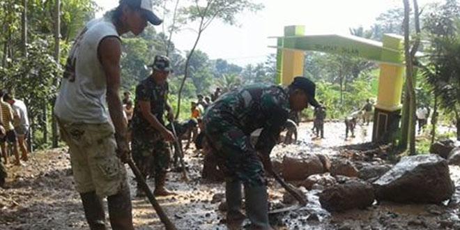 Gabungan TNI, Polri Serta Warga Kegiatan Karya Bhakti Membersihkan Material Tanah Longsor Dari Jalan Raya di Banyu Biru Kabupaten Semarang