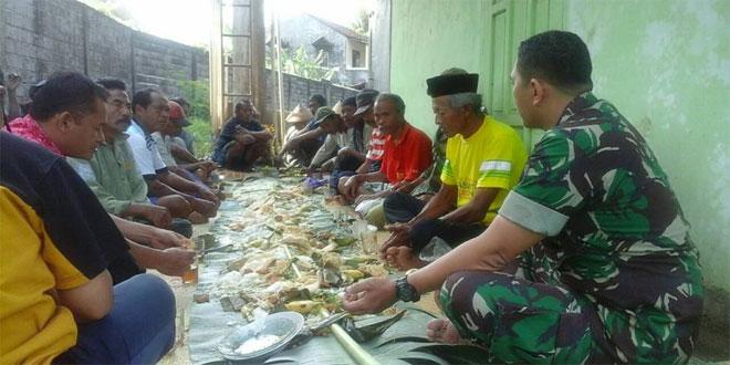 Bamin Komsos Koramil 11/Jambu Kodim 0714/Salatiga Bersama Warga Melaksanakan Tradisi Wiwitan