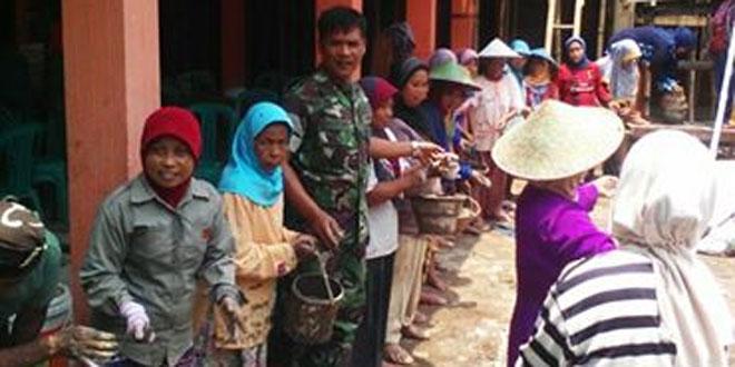 Babinsa dan Masyarakat Cisalak Gotong Royong Bangun Kantor Desa