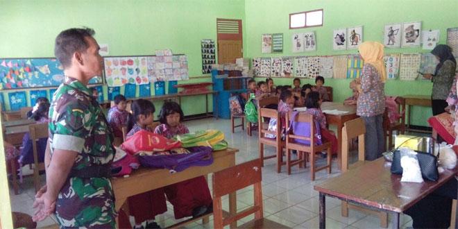 Pendampingan Babinsa Koramil 10/Jambu Pada Kegiatan Imunisasi Campak di SD Kec. Sumowono