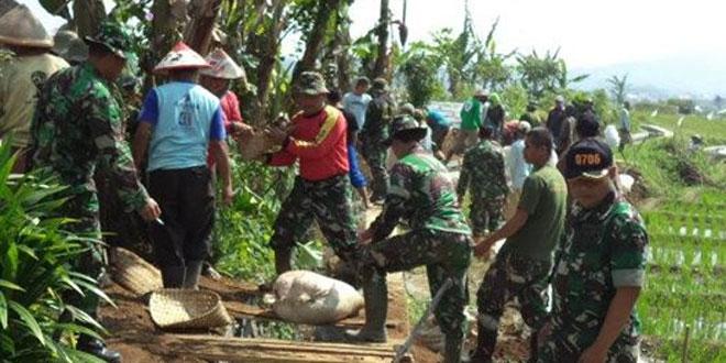 Koramil 05/Candiroto Karbak Pembuatan Jalan Transportasi Bersama Warga Desa Ngabeyan