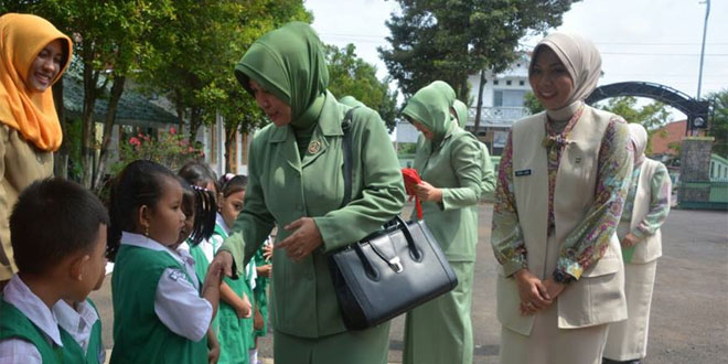Ketua Persit KCK Koorcab Rem 071 PD IV/Dip Disambut Meriah Anak-Anak TK