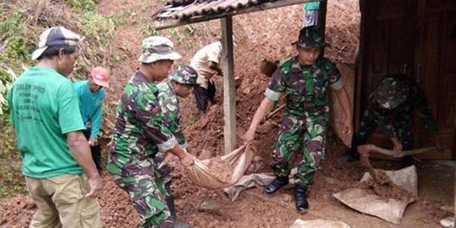 TNI Bersihkan Reruntuhan Dinding Ambrol Bersama Warga