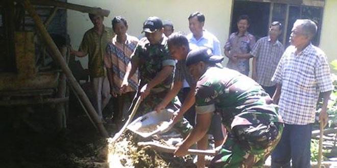 Anggota Koramil 06/Batuwarno Buat Pupuk Bersama Petani