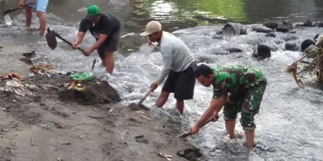 Koramil 12/Mlati Bersama Kelompok Petani Bersihkan Sungai