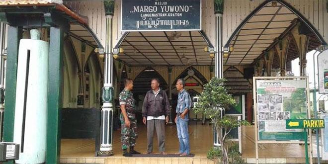 Babinsa Panembahan Koramil 11/Kraton Berdiskusi dengan Tokoh Masyarakat di Wilayah