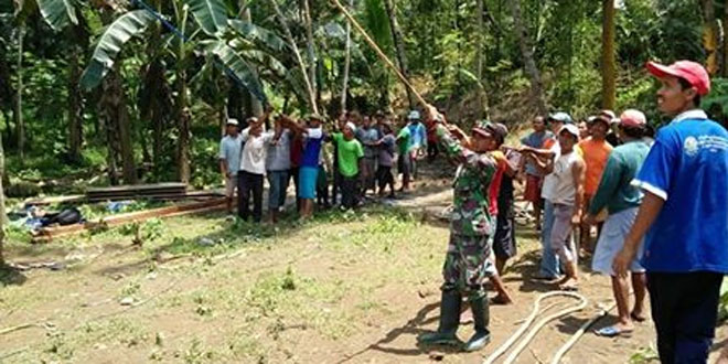 Koramil Kutoarjo Bantu Warga Desa Wirun Buat Jembatan Gantung
