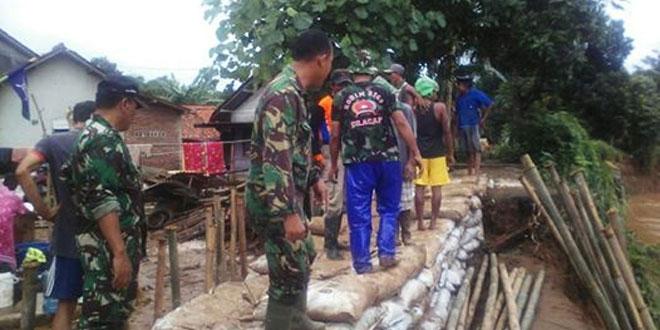 Danramil 13 Majenang Berikan Bantuan Pakaian Kepada Korban Banjir