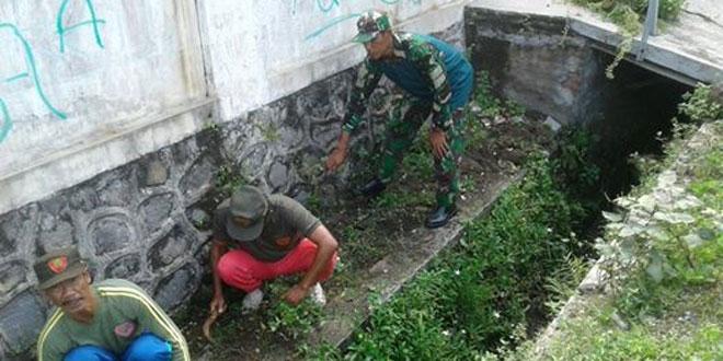Babinsa Koramil 02 Kodim 0735/Ska Melaksanakan Gotong Royong Bersama Warga