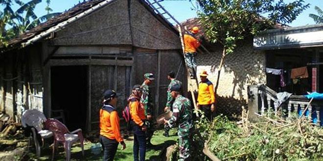 TNI dan Warga Perbaiki Rumah yang Diterpa Puting Beliung