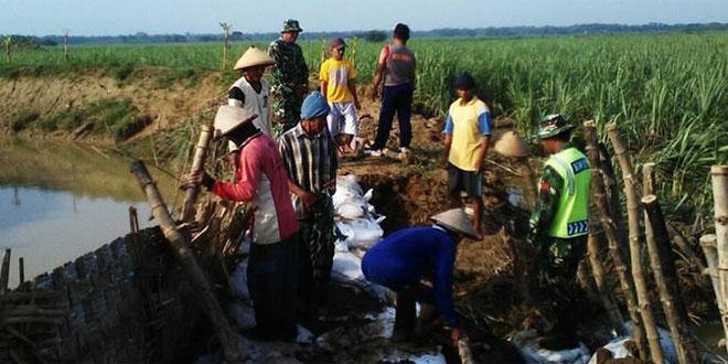 Danramil Beserta Babinsa Kerja Bakti Membantu Warga Atasi Tanggul Jebol