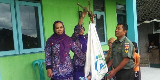 Babinsa Melaksanakan Pendampingan Posyandu Bersama Bidan Desa