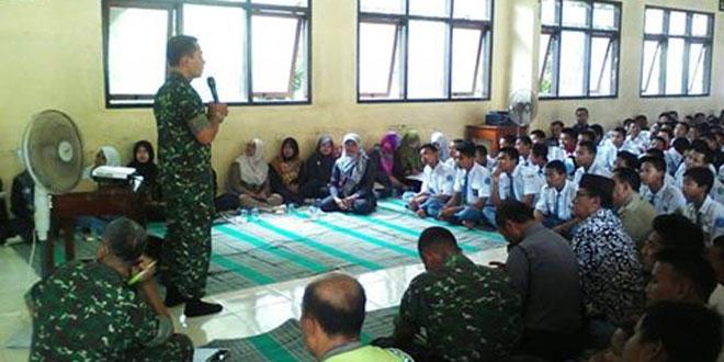 Dandim Memberikan Wasbang ke Siswa SMK Arrohman Watussalam Buaran