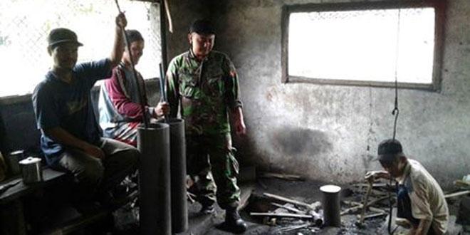 Babinsa Pekauman Membantu Pemantauan Pembagian Raskin di Wilayah Koramil 01/Tegal Barat