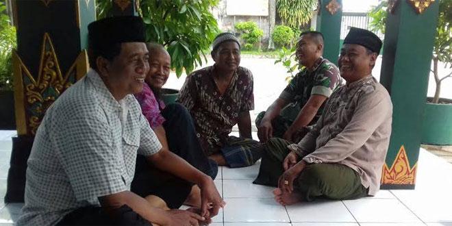 Babinsa Panembahan Koramil 11/Kraton Berbincang dengan Warga Masyarakat di Wilayahnya