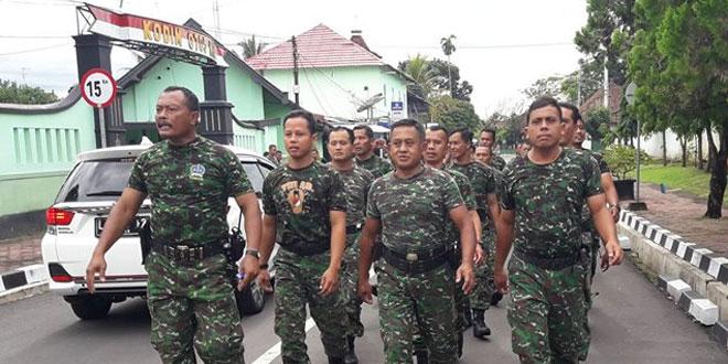 Anggota Koramil 03/Bandongan Bantu Warga Bersihkan Puing Puing Rumah Akibat Terjangan Puting Beliung